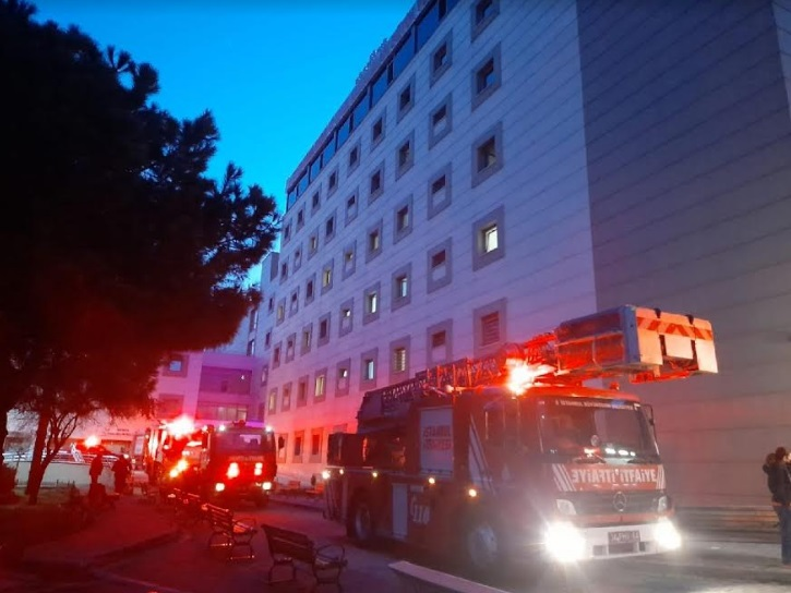 Üsküdar'daki Zeynep Kamil Kadın ve Çocuk Hastalıkları Eğitim ve Araştırma Hastanesi'nde çıkan yangın söndürüldü.