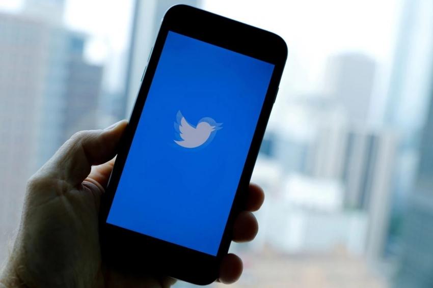 'Sağcı' Twitter. Sağcı politikacılardan ve haber kuruluşlarından gelen tweetleri, daha fazla öne çıkardığını kabul etti.
