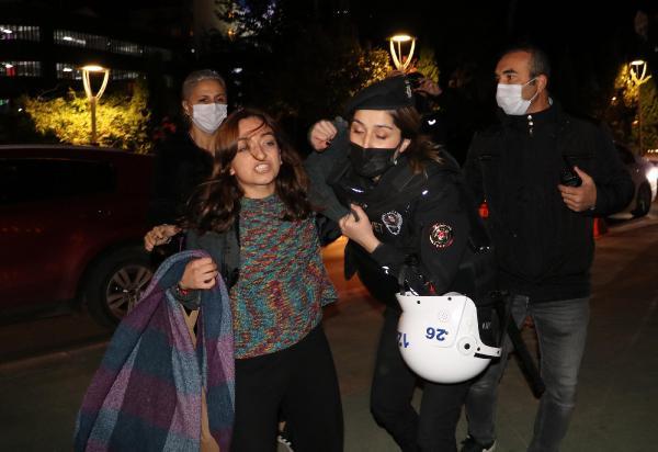 Eskişehir'de 'barınamıyoruz' diyerek geceyi parkta geçirmek isteyen öğrencilere gözaltı