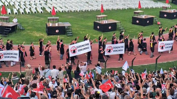 Rektörlüğün katılmadığı ODTÜ mezuniyet törenine pankartlar damga vurdu
